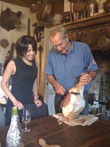 Amel et le fromager coupant le jambon