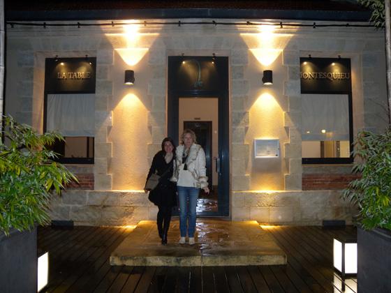 Carmen et Corinne devant le restaurant