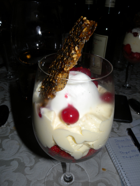 Croquant de Sésame grillé aux fraises Mara des bois sur une compotée de rhubarbe et sorbet yaourt