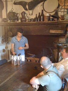 Fabrizio prépare les bouteilles pour la dégustation