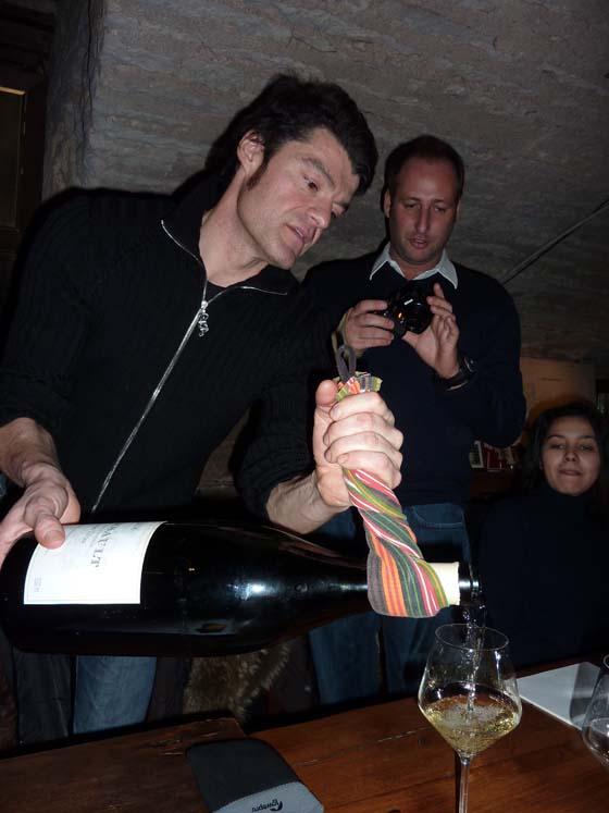 Fabrizio sert un Jéroboam avec Laurent et Amel derrière