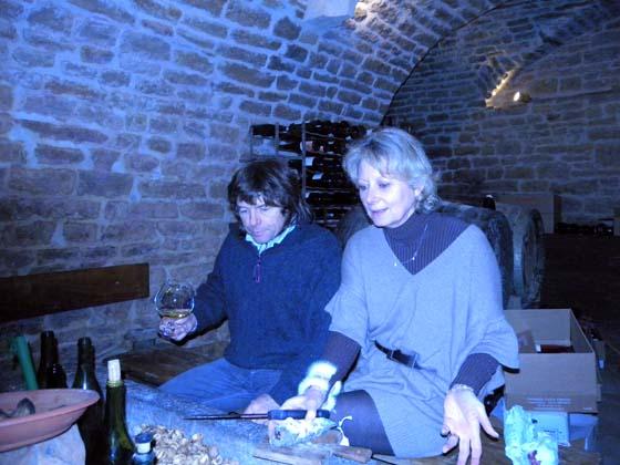 Philippe et Corinne entrain de coupe un saucisson de cochon Noir de Bigorre