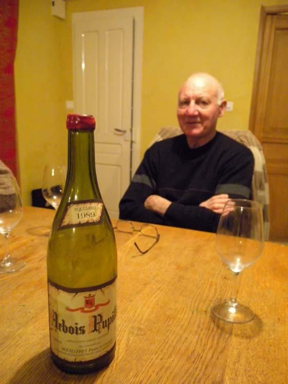 Pierre et la bouteille d'arbois pupillin rouge de Pierre et Georges  Bouilleret 1989