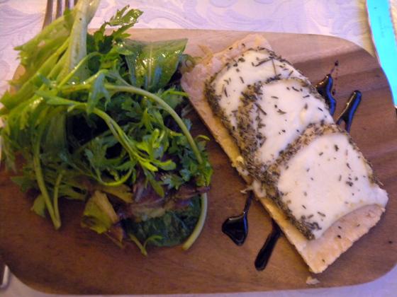 Tarte fine au Brin d'Amour Brebis Corse aux herbes du maquis servi coulants sur une salade de jeune pousses et du vieux balsamique