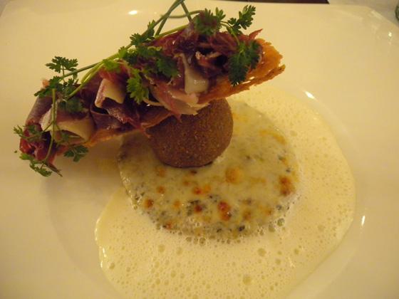 l'oeuf de poule imaginaire sur un gratin de macaronis à la truffe
